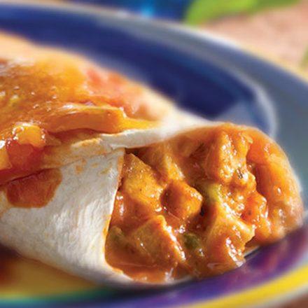 Des enchiladas au poulet généreusement garnies et parsemées de coriandre