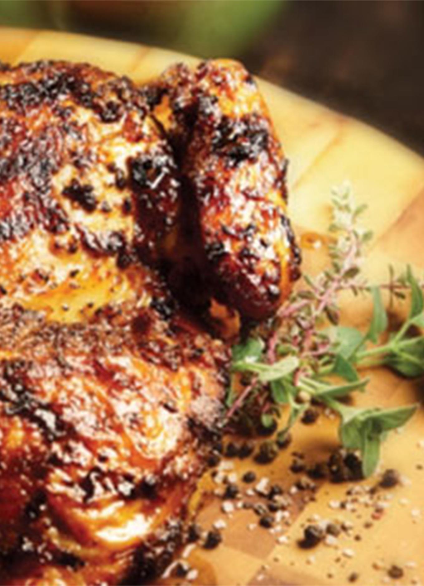Un poulet entier en crapaudine grillé