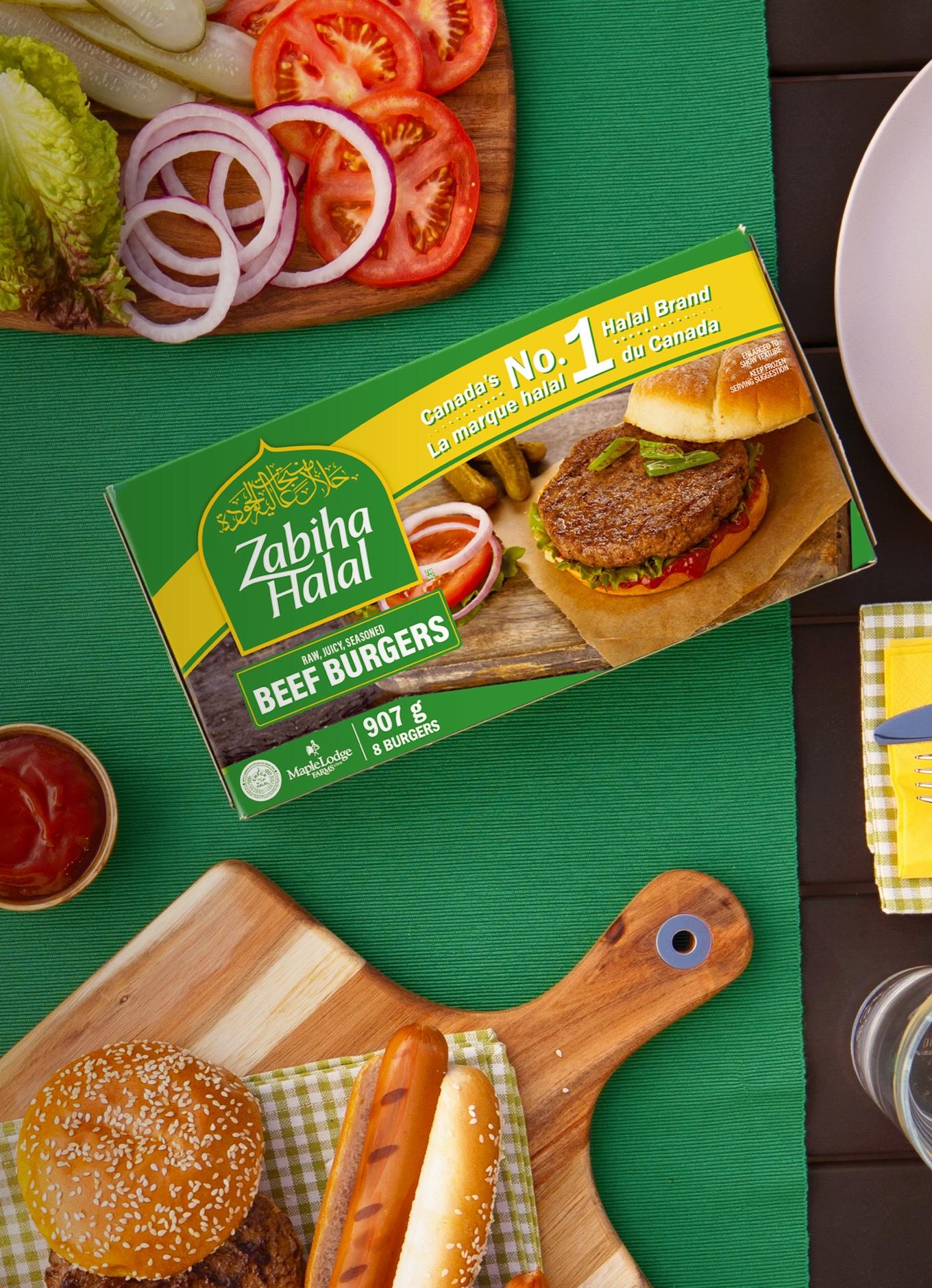 Un emballage de burgers de bœuf Zabiha Halal sur une table, avec garnitures et petits pains frais.