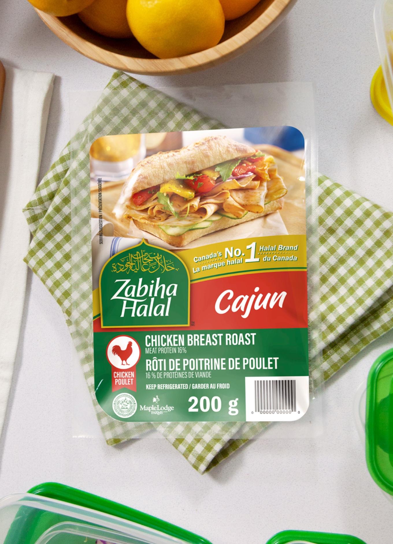 Un emballage de tranches de charcuterie à la cajun Zabiha Halal sur une table dressée.